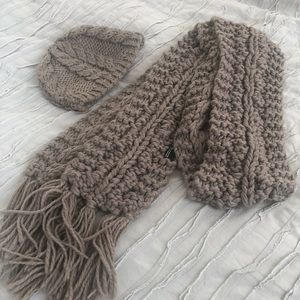 Hat and scarf set in gray.